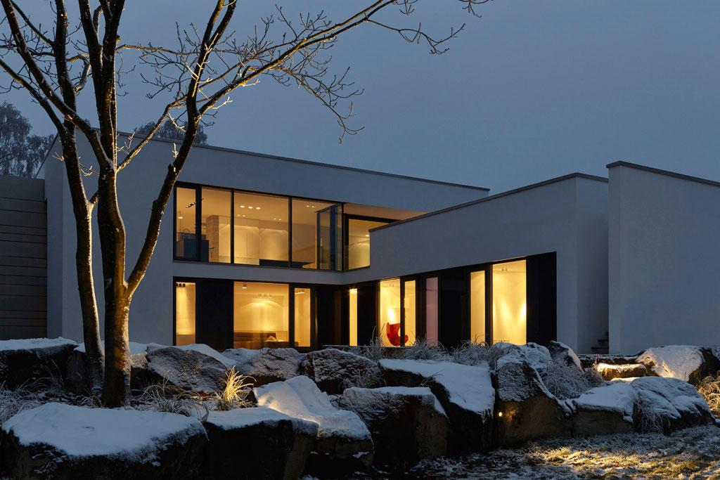 Villa bei Nacht im Schnee