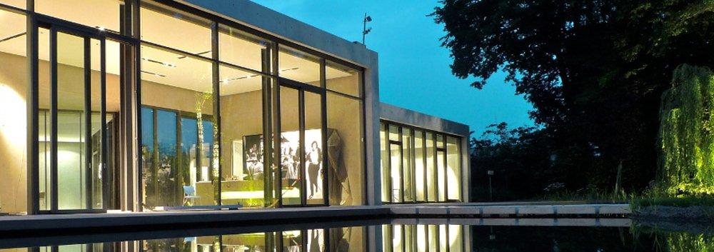 Projektbeispiel Lichtplanung moderner Bungalow mit Teich