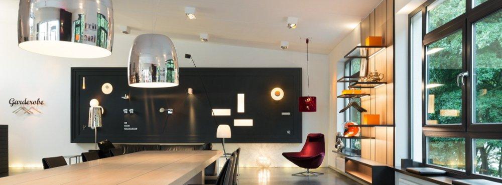 Showroom für exklusive Beleuchtung mit Display, Leuchten und Besprechungstisch