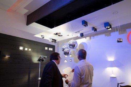 Beratung eines Kunden durch Lichtplaner im Showroom für exklusive Beleuchtung bei kunstlicht